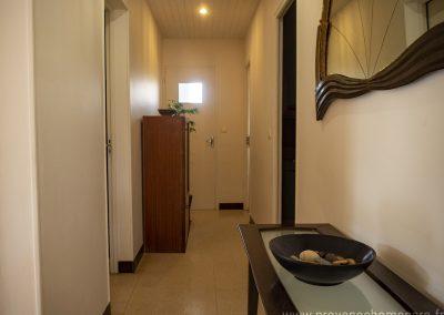 Couloir desservant les chambres, petite table, miroir, déco