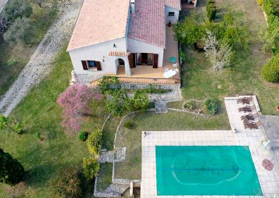 vue aerienne de la maison, piscine, herbe verte, grand terrain, arbres, terrasse, transats