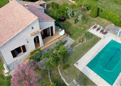 vue aerienne de la maison, la piscine, les transats, les arbres, tamris en fleur