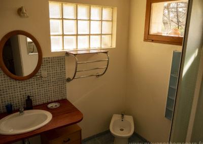 Salle d'eau, cabine de douche, lavabo, bidet, miroir, fenestron