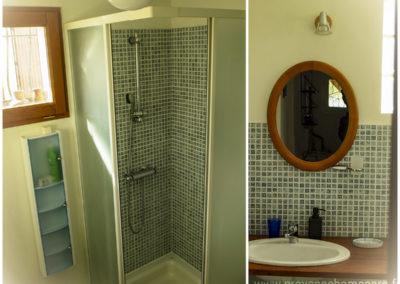 Salle d'eau, cabine de douche, lavabo, miroir, fenestron