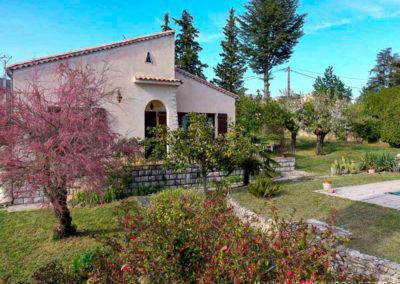 Maison, tamaris en fleurs, jardin fleuri, grands arbres, terrain ombragé