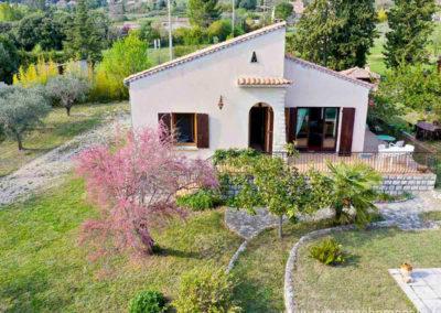 vue aerienne de la maison, arbres, tamaris en fleurs, oliviers, parking