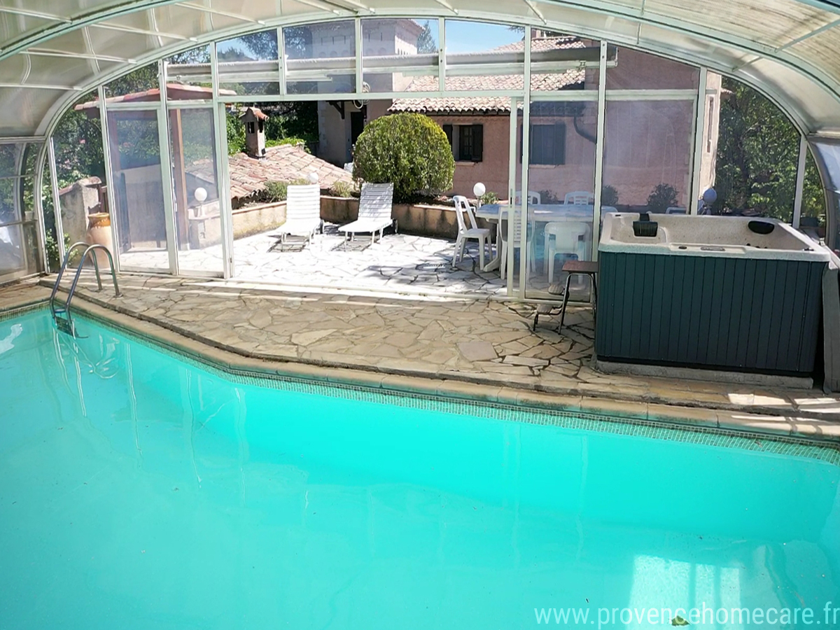 castellas-vue-aerienne2-barbecue-grand-jardin-arboré-spa-piscine-trampoline-table-ping-pong-location-saisonniere-vacances-terrain-de-boule-villa-luberon-manosque-provence-home-care