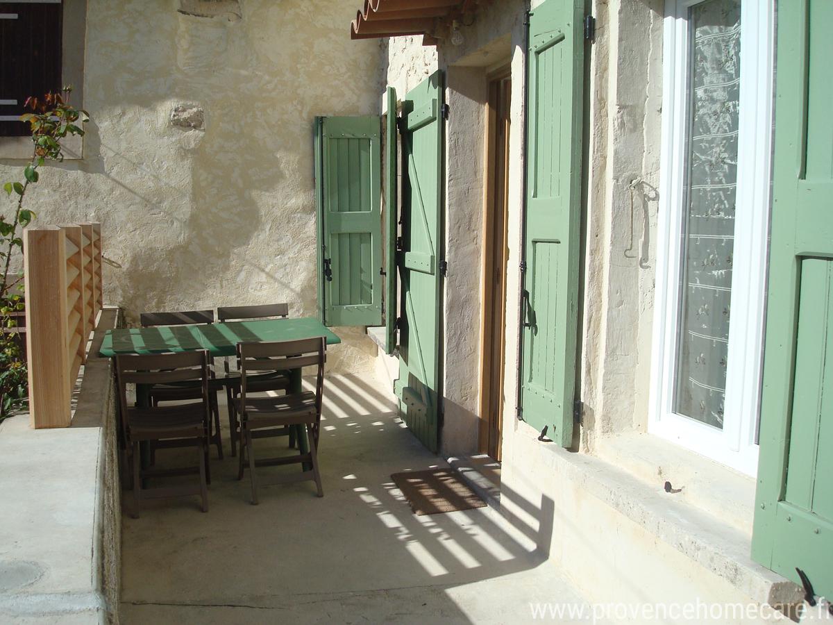 lus-de-prouvenco-terrasse-maison-barbecue-gite-rural-confort-nature-randonnee-location-saisonniere-vacances-petit-prix-luberon-forcalquier-provence-home-care