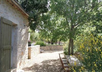 allée gravillonnée devant la maison, tables et chaises pour repas extérieur, arbres, maison gérée par l'agence Provence Home care