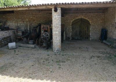 Machines agricoles anciennes traditionnelles dans la cour à l'arrière de la maison, dsous toiture grange, table de ping-pong, maison gérée par l'agence Provence Home care