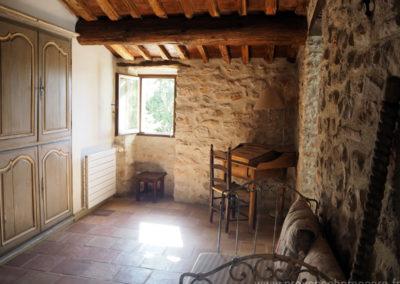 Petit bureau secrétaire et banquette à l'étage, hall qui dessert les trois chambres, pierres et tomettes Provençales, maison gérée par l'agence Provence Home care