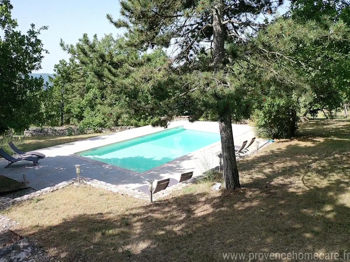 Piscine dans environnement boisé au coeur du Luberon, maison gérée par l'agence Provence Home care