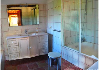 Salle de bain à l'étage, lavabo, meuble avec tiroirs, miroir, baignoire, maison gérée par l'agence Provence Home care