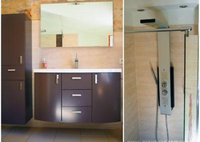 Vue salle de bain de la suite parentale à l'étage, meuble lavabo et placard avec miroir, douche italienne jets multiples, maison gérée par l'agence Provence Home care
