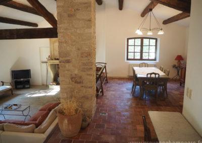 Salle à manger et salon télévision, canapé, grande table et chaises, tomettes anciennes, maison restaurée dans la tradition provençale gérée par l'agence Provence Home care