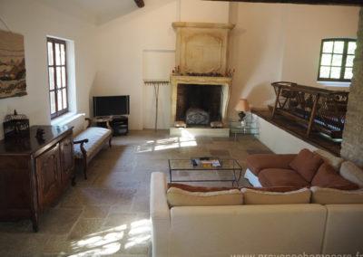 Salon avec banquette, canapé d'angle, télévision, cheminée, maison gérée par l'agence Provence Home care