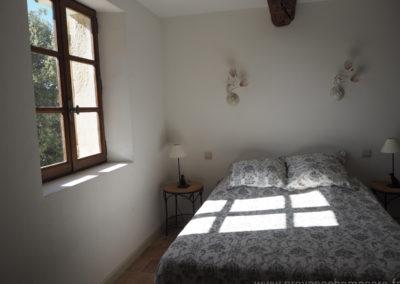 Suite parentale, avec grand lit double, fenêtre orientée sud-est chevets, maison gérée par l'agence Provence Home care
