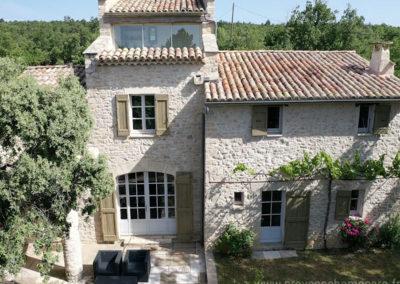 Vue sur la façade de la maison, solarium, terrasse avec salon de jardin, fleurs, maison gérée par l'agence Provence Home care