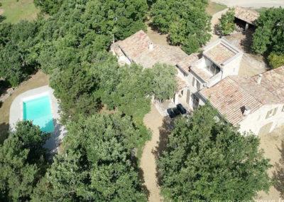 Vue aérienne sur le grand jardin, la maison, son solarium, la piscine sécurisée et la cour, maison gérée par l'agence Provence Home care