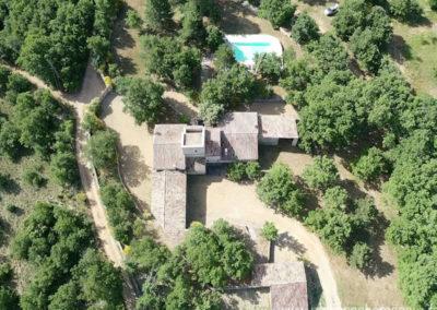 Vue arienne sur la villa, la psicine et le grand terrain arboré en pleine nature provençale, maison gérée par Provence Home care