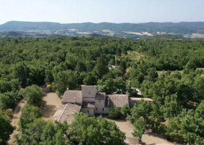 Vue aérienne du domaine au coeur d'un océan de verdure, vue sur les montagnes du Luberon, Villa gérée par Provence Home Care