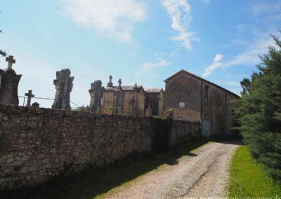 Chemin menant à la propriété, cimetière ancien, maison gérée par l'agence Provence Home care