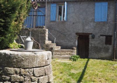 Puits au premier plan, dans la cour intérieure, maison gérée par l'agence Provence Home care