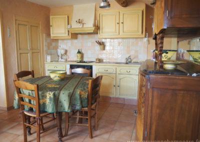 Coin repas, devant la cuisine équipée, table et chaises, rangements, maison gérée par l'agence Provence Home care