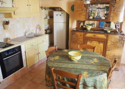 Cuisine équipée et coin repas, table et chaises, grand vaisselier, v