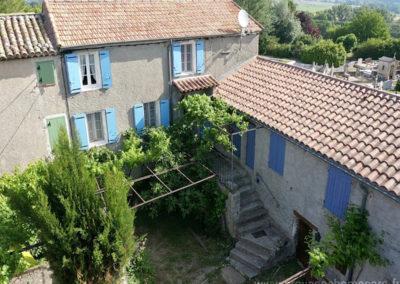 vue aérienne de la maison et la cour intérieure, maison gérée par l'agence Provence Home care