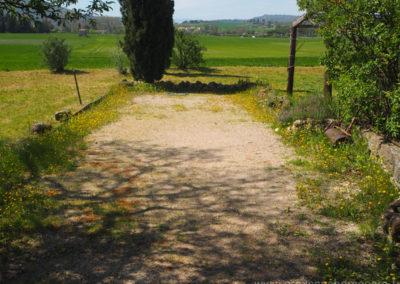 le terrain de pétanque, devant la campagne verdoyante et cyprès, maison gérée par l'agence Provence Home care