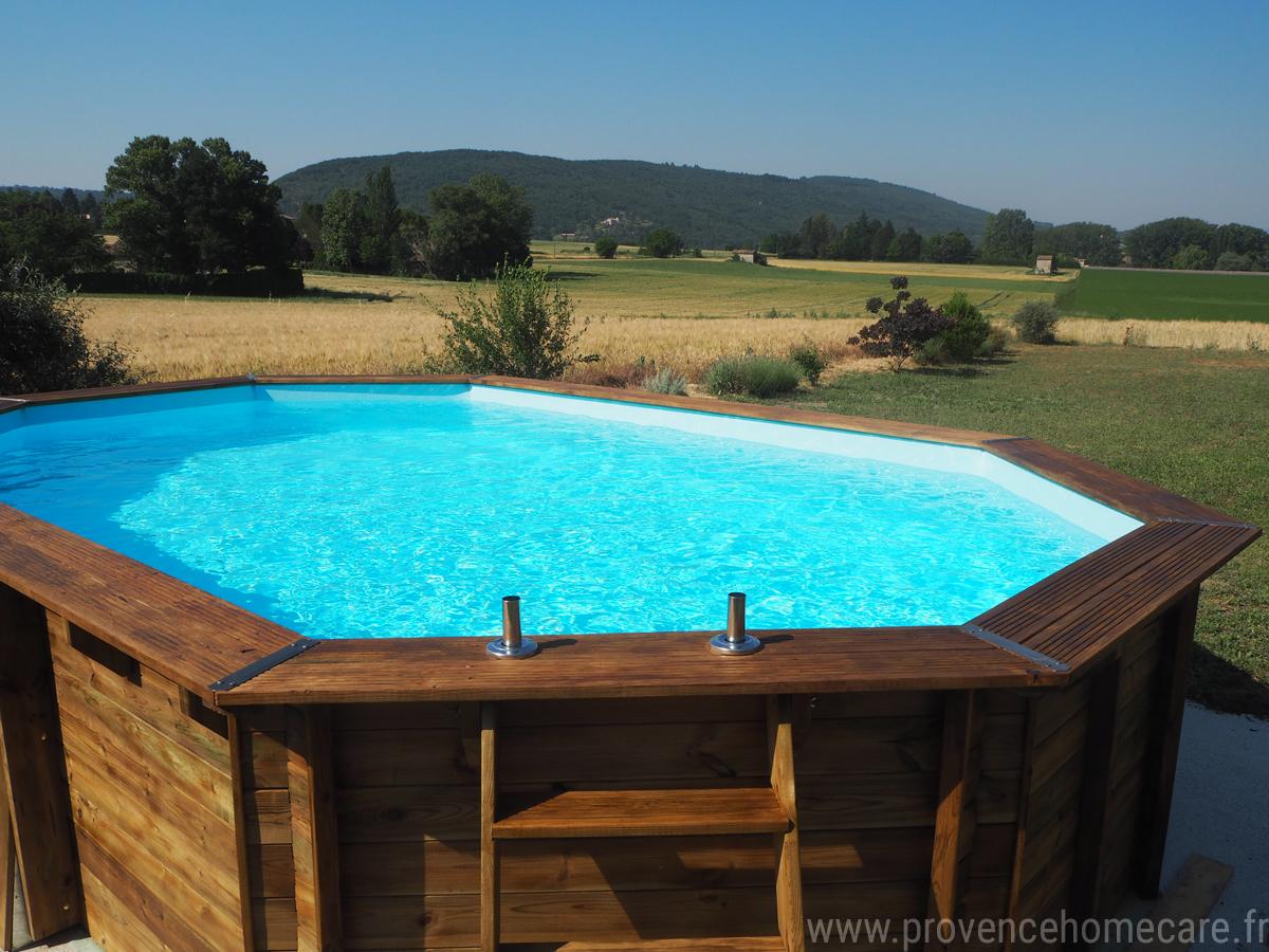 Piscine hors-sol avec vue sur les champs verdoayants et sur la montagne de la campagne de Dauphin en luberon, maison gérée par l'agence Provence Home care