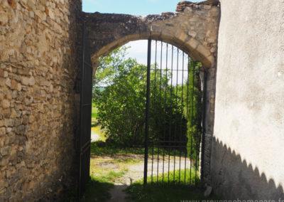 Portail ancien en fer forgé, voûte en pierres, à l'entrée de la cour, maison gérée par l'agence Provence Home care