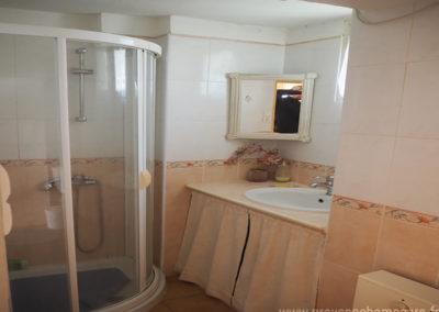 Salle de bain avec cabine de douche, lavabo et toilette, maison gérée par l'agence Provence Home care