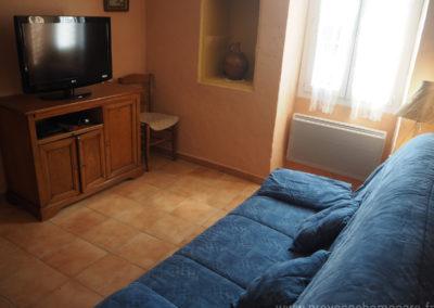 Petit salon télévision, avec canapé convertible, fenêtre donnant sur la cour, maison gérée par l'agence Provence Home care