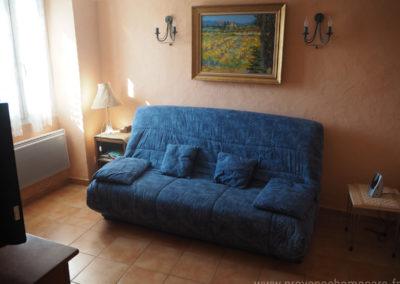 Salon avec canapé convertible, chevet, table basse, TV, maison gérée par l'agence Provence Home care