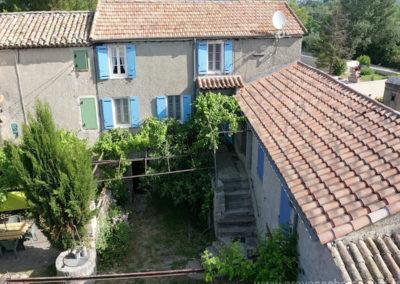 Vue aérienne de la cour, escaliers et petite terrasse, maison gérée par l'agence Provence Home care