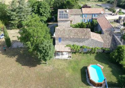 Vue aérienne de la piscine, la maison,et la cour, propriété gérée par l'agence Provence Home care