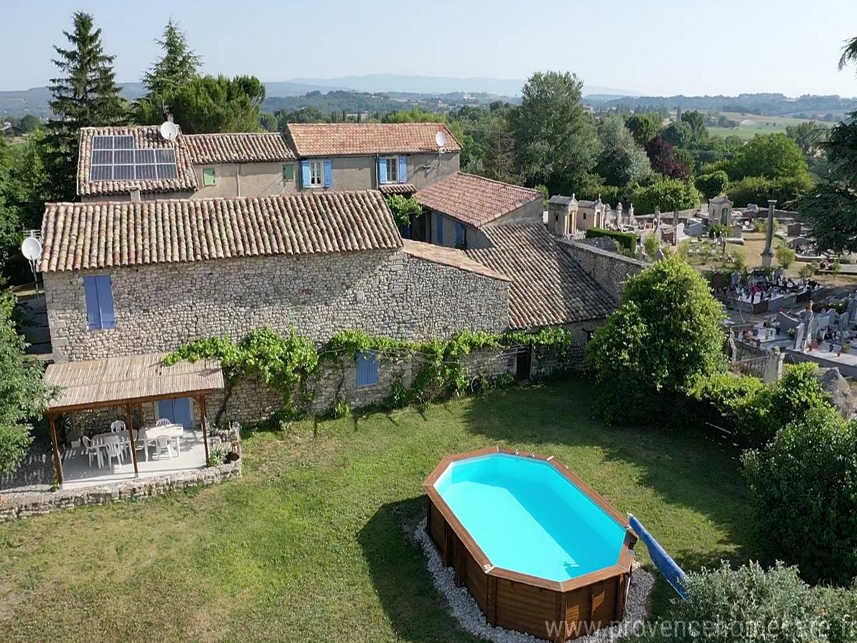 Vue aérienne de la piscine et la maison maison gérée par l'agence Provence Home care