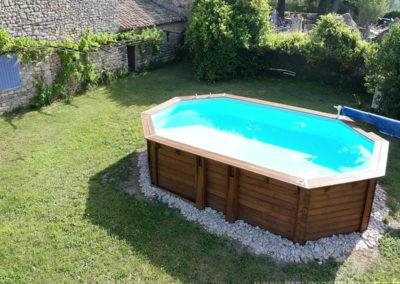 Vue aérienne de la piscine hors-sol, terrain herbeux desservant la maison gérée par l'agence Provence Home care