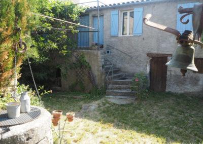 Cour intérieure avec le puits, escaliers donnant sur l'entrée de la maison gérée par l'agence Provence Home care