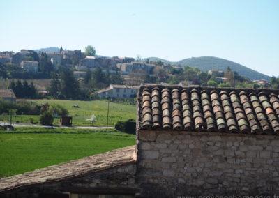 Vue du village médiéval de Dauphin dans le Luberondepuis la chambre, maison gérée par l'agence Provence Home care