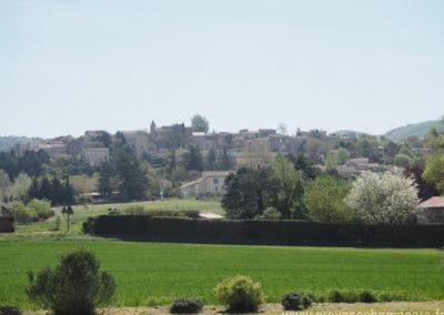 Campagne de Dauphin dans le Luberon, devant le village médiéval de Dauphin, maison gérée par l'agence Provence Home care